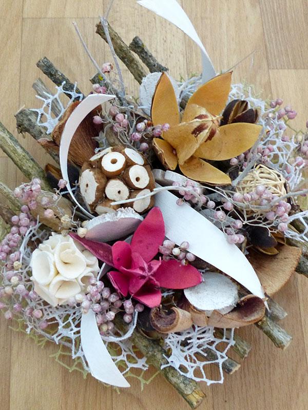 Schale aus Naturholz mit verschiedenen Materialien dekoriert