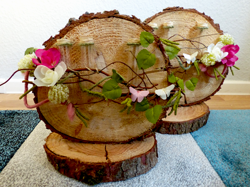 Baumscheiben mit Reagenzgläsern zur Bestückung mit Naturblumen