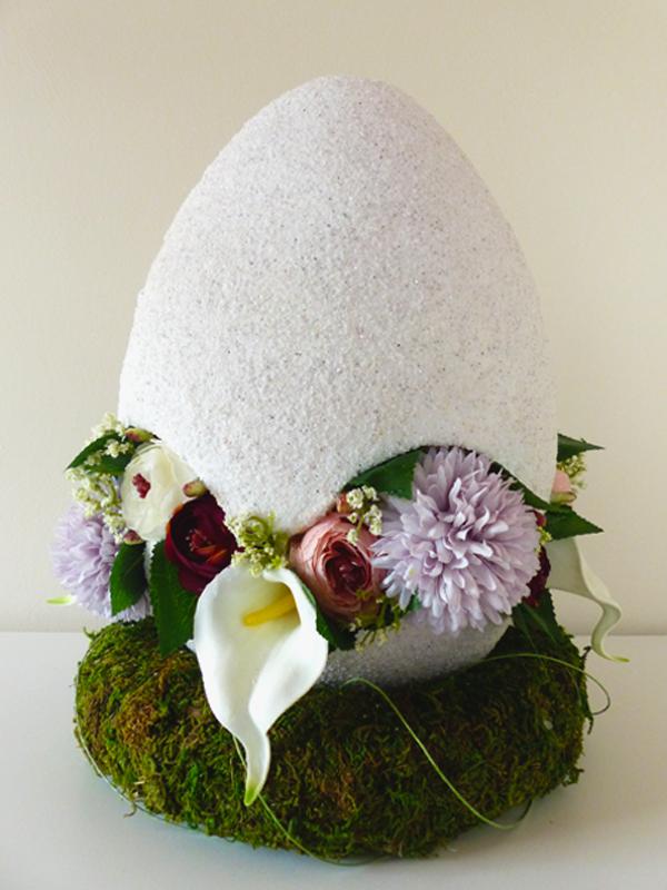 Großes Ei (30 cm) gefüllt mit Hortensien, Callas und Ranunkeln in verschiedenen Tönen