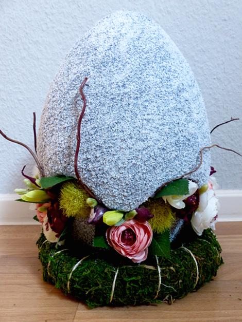 Großes Ei (30 cm) gefüllt mit Ranunkeln und Weidenzweigen
